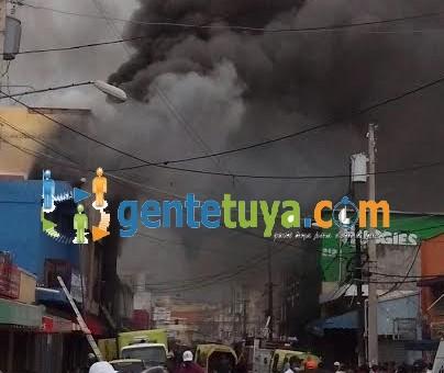 Un fuego consumió el interior de un edificio comercial en la calle Manuela Díez de Villa Consuelo