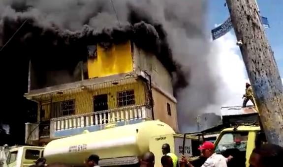 Un incendio destruyó este domingo parte de la estructura de la ferretería La Nueva en el mercado de Barahona; además afectó varias viviendas